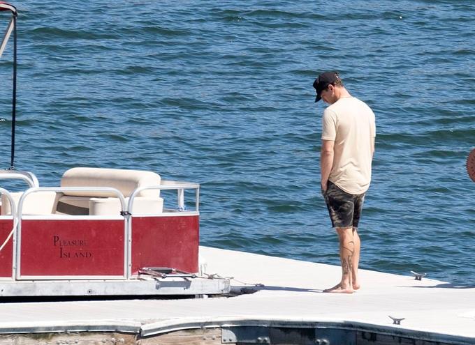 Nam diễn viên Ryan Dorsey - chồng cũ của Naya Rivera - đứng lặng bên hồ hôm 11/7. Cạnh anh là chiếc thuyền mà Naya thuê ra hồ cùng con trai hôm 8/7 nhưng cô đã không trở lại. Ryan và Naya từng kết hôn từ năm 2014 đến 2018 và có một con trai chung.