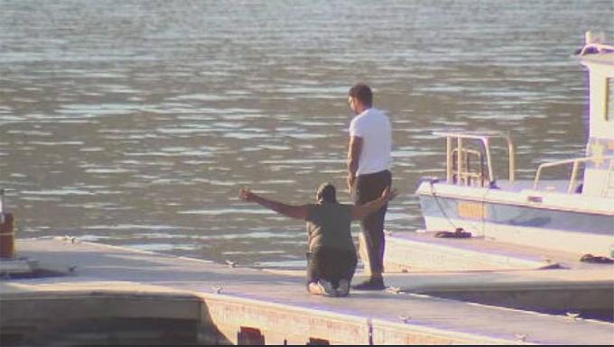 Mẹ nữ diễn viên đau đớn quỳ gối bên hồ. Bà và con trai cùng cầu nguyện cho Naya.