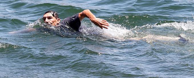 Ông George Rivera bơi dưới làn nước nơi con gái mất tích.