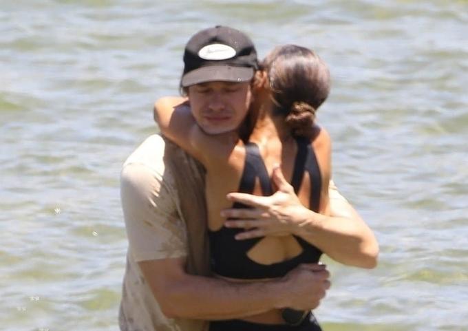 Ryan nghẹn ngào ôm người em họ của Naya Rivera. Đã bốn ngày qua, cảnh sát nỗ lực tìm kiếm nhưng vẫn chưa tìm thấy nữ diễn viên 33 tuổi. Cô được cho là đã chết đuối dưới hồ khi đi bơi mà không mặc áo phao.