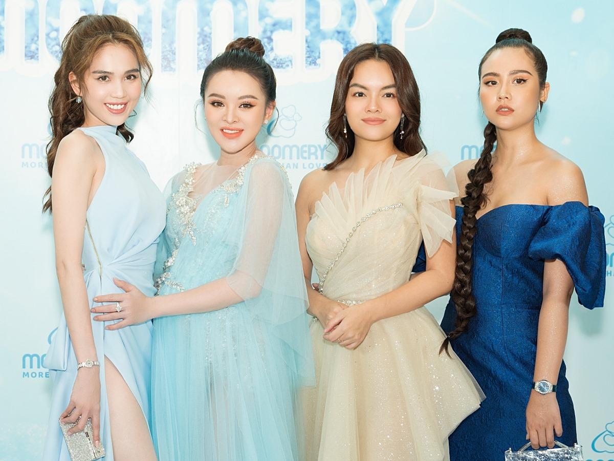 Ngọc Trinh (trái), Huyền Lizzie và Phạm Quỳnh Anh (từ phải qua) chúc mừng người đẹp Nguyễn Hương Trang trở thành CEO của thương hiệu chăm sóc sức khoẻ, sắc đẹp cho mẹ và bé.
