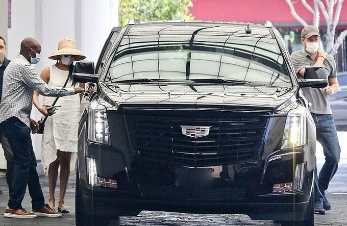 Vợ chồng Meghan, Harry lên xe Cadillac sang trọng.
