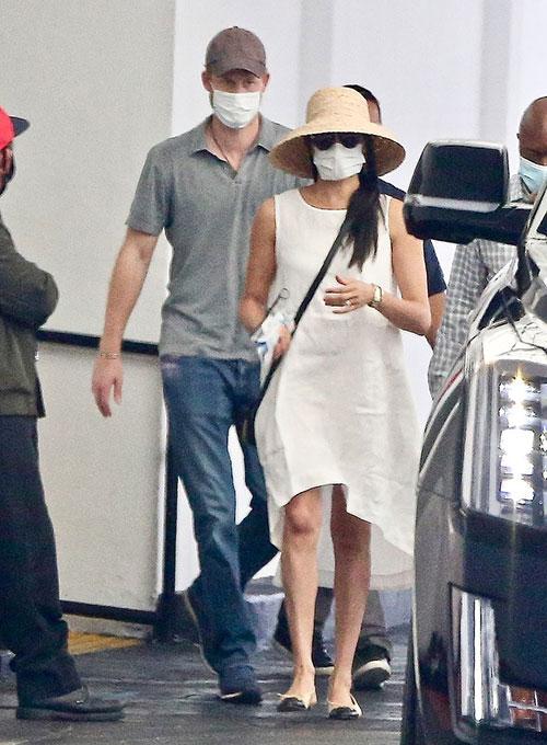 Meghan đeo đồng hồ vàng xuống phố với Harry chiều 10/6 tại Los Angeles. Ảnh: Backgrid.