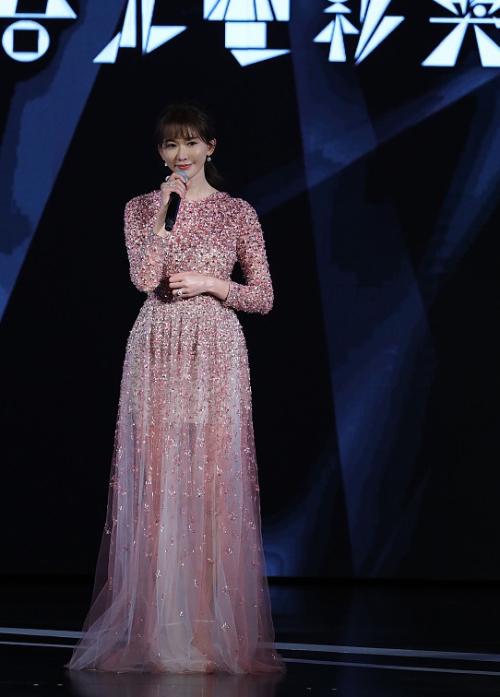 Chân dài Lâm Chí Linh lộ diện với váy áo điệu đà. Có tin đồn cô đang mang thai, tuy nhiên cô không xác nhận.