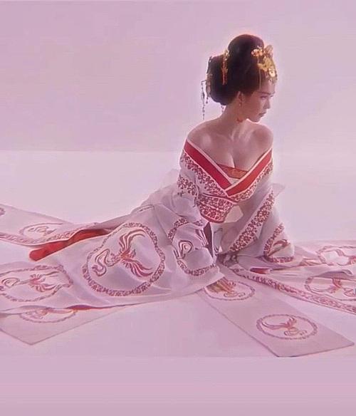 Ngọc Trinh hóa thân thành nhân vật Võ Tắc Thiên với tạo hình giống Phạm Băng Băng trong phim. Nữ hoàng nội y o ép vòng một đến ngộp thở.