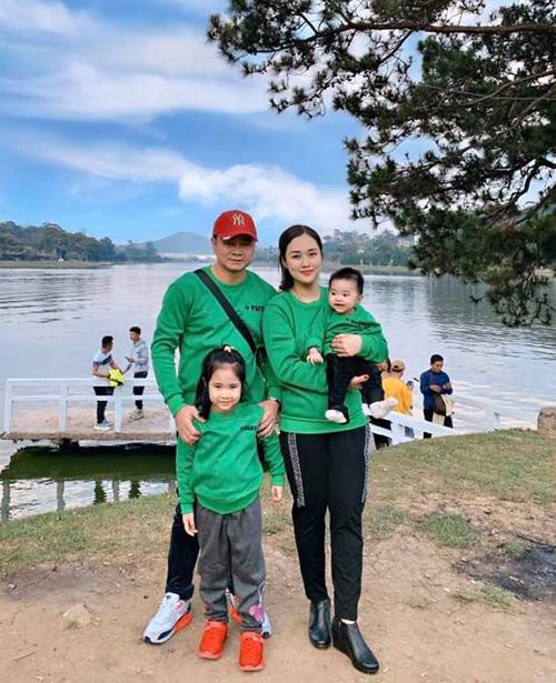 Dịp Lễ Tình nhân 14/2 năm nay gia đình Tự Long mặc ton-sur-ton xanh nổi bật đi du lịch.