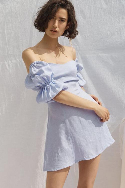Váy linen luôn là trang phục được ưa chuộng vào dịp hè. Bên cạnh dòng váy retro, vintage là các mẫu đầm khai thác vẻ đẹp sexy một cách ý nhị.