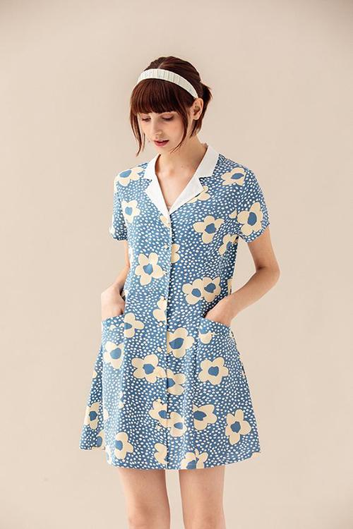 Đầm vintage phối hợp nhịp nhàng giữa hoạ tiết xanh - trắng, đồng thời phần cổ vest trắng mang đến nét thanh nhã cho trang phục.