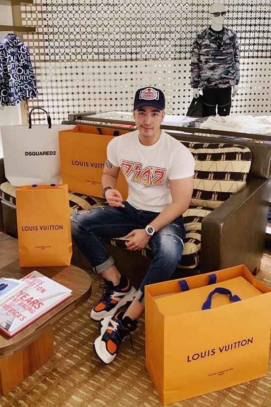 Điều dây một đường dây bán dâm cao cấp, Lục Triệu Vỹ có thể thỏa thích mua sắm nhiều hàng hiệu.