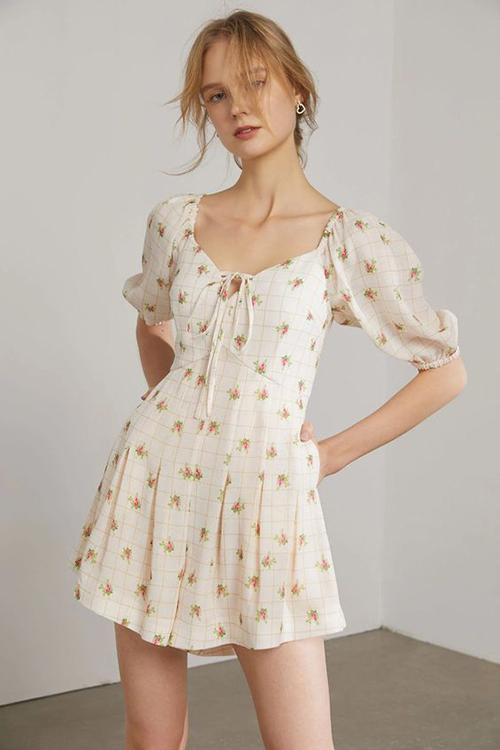 Ảnh hưởng từ phong cách cổ điển, những mẫu đầm bẹt vai, váy tay bồng, đầm rút dây luôn được các nhac mốt làm mới theo từng mùa thời trang.