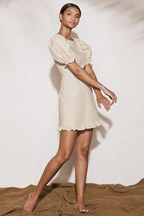 Váy ngắn được thể hiện một cách sinh động với nhiều kiểu dáng và sắc màu, hoạ tiết tươi sáng.