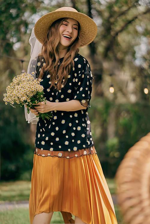 Yến Nhi điệu đà với cách kết hợp áo hoa cúc daisy cùng chân váy lụa. Set đồ tiện lợi khi đi dạo phố và dễ dàng giúp phái đẹp chụp ảnh so deep khi đi du lịch.