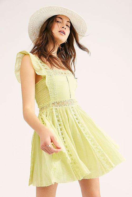 Váy liền thân thiết kế trên những dáng ngắn luôn là trang phục với mùa nắng. Bởi nó khiến phái đẹp dễ thở hơn trong những ngày oi nồng.