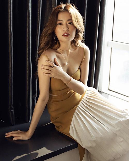 Váy hai dây gợi cảm cho mùa hè của Hoàng Thuỳ Linh trở nên độc đáo hơn với phần chân váy phối vải xếp ly màu trang nhã.