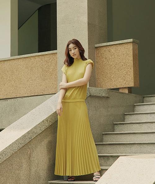 Nổi bật trong xu hướng thời trang hè 2020 là sự xuất hiện của các mẫu váy dập ly. Hoa hậu Đỗ Mỹ Linh và nhiều sao Việt đều có cách thể hiện riêng để cập nhật mốt mới.