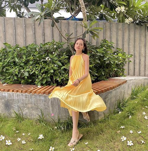 Bên cạnh các mẫu chân váy, đầm vạt xéo, váy xẻ các mẫu váy suông cũng được Thuỳ Anh và sao Việt yêu thích ở mùa này.