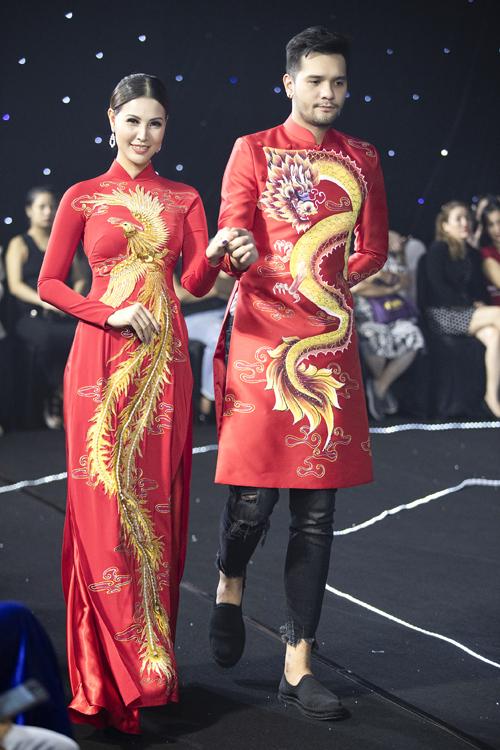 Á hậu Phụ nữ Việt Nam 2005 Thanh Hoài và Nikolai Đinh diện cặp áo dài rồng phượng, uốn theo hình chữ S, giúp kéo dài chiều cao cơ thể người diện. Các họa tiết truyền thống được chú ý tới từng chi tiết nhỏ như cánh, đuôi, vây... tạo sự sinh động, tăng giá trị thẩm mỹ của bộ cánh.