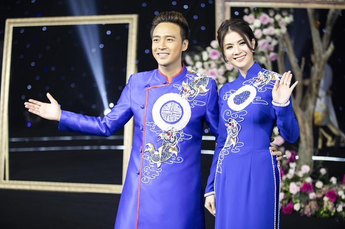 Ngày 9/7, vợ chồng Kha Ly - Thanh Duy có dịp hóa thân thành cô dâu chú rể một lần nữa khi diện áo dài đôi cá chép đến từ bộ sưu tập mới nhất của NTK Minh Châu.