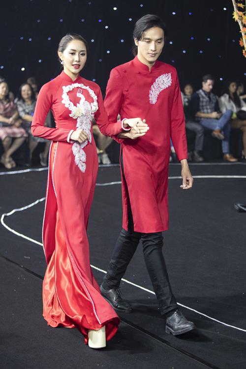 Tường Vy và diễn viên Thuận Nguyễn cùng diện áo dài đồng điệu về sắc màu. Cặp áo còn có sự gắn kết nhờ họa tiết lông vũ. Tấm áo nữ điệu đà hơn với khối hoa 3D, các chi tiết đính kết trên thân công, lông vũ, tạo điểm hút thị giác.