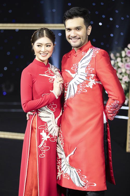 Trong show diễn giới thiệu áo dài còn có sự góp mặt của diễn viên Thanh Trúc và người mẫu Nikolai Đinh. Cả hai diện áo dài họa tiết chim hạc với bộ lông trắng muốt, mang ý nghĩa biểu tượng về sự thanh cao, tinh khôi.