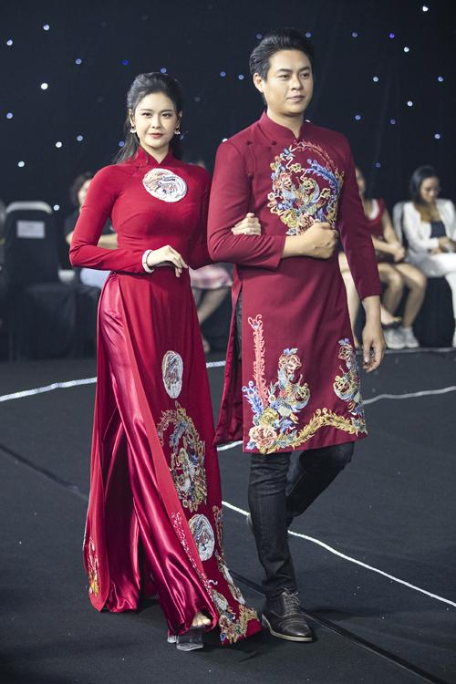 Áo dài mà Trương Quỳnh Anh diện có họa tiết hoa cỏ, những hình tròn xuất hiện liên tục giúp tạo điểm nhấn và thể hiện khát khao tình yêu vẹn toàn của lứa đôi.