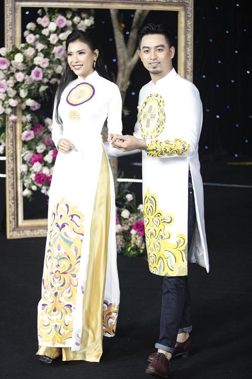 Thúy Diễm và diện áo dài họa tiết lấy cảm hứng cung đình. Tấm áo dài được bố trí hoa văn đăng đối, giúp tạo tính thẩm mỹ.