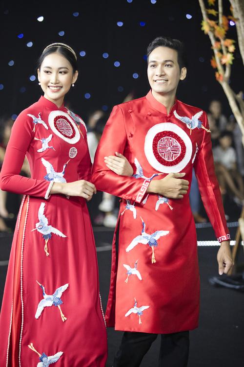 Hoa khôi miền Trung 2016 Đoàn Hồng Trang diện áo dài chim hạc và họa tiết cung đình. Tấm áo được điểm thêm hàng ngọc trai dọc tà để tăng độ bắt sáng.
