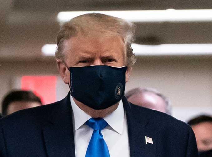 Ông Trump đeo khẩu trang khi đến thăm một bệnh viện hôm 11/7. Ảnh: AFP.