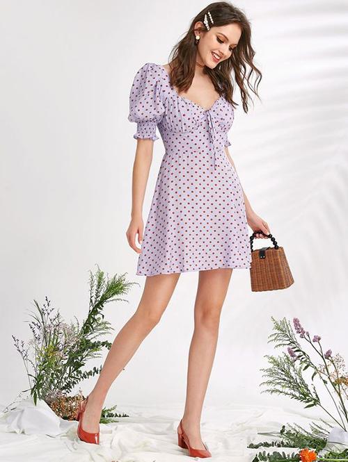 Đầm chấm bi cho các bạn gái yêu phong cách xinh xắn. Trang phục này có thể sử dụng ở nhiều bối cảnh từ văn phòng cho đến dạo phố hoặc tham gia tiệc trà nhẹ nhàng.