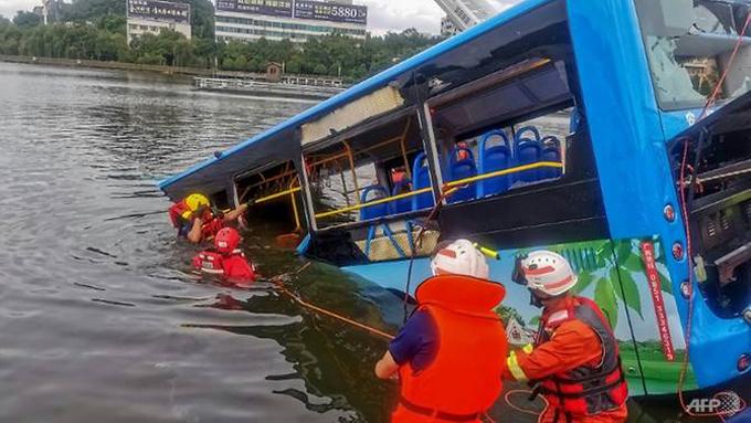 Chiếc xe buýt được trục vớt lên bờ sau tai nạn hôm 7/7 ở thành phố An Thuận, tỉnh Quý Châu, Trung Quốc. Ảnh: AFP.