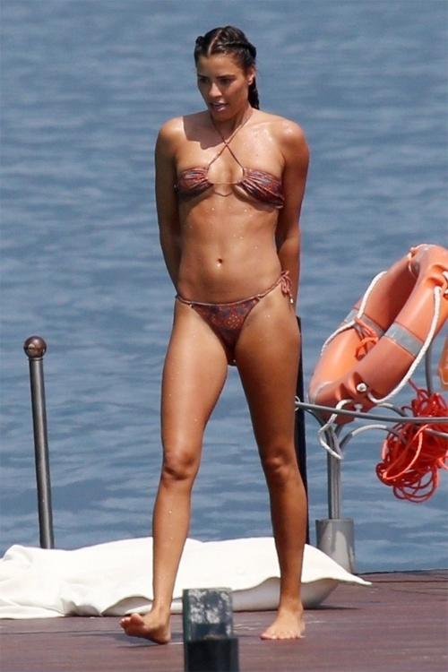 Người đẹp Philine Roepstorff khoe thân trong bộ đồ bơi nhỏ xíu, chỉ đủ che chỗ nhạy cảm.