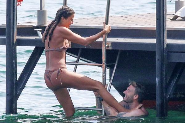 Bendtner và người yêu đồng hương hẹn hò từ 2017. Người đẹp Philine Roepstorff sinh ra trong gia đình có truyền thống thể thao với bố là huyền thoại bóng ném Jens Erik Roepstorff. Bản thân cô nàng cũng là gương mặt nổi tiếng trên Instagram, là người mẫu kiêm thiết kế thời trang.