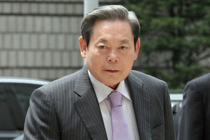 Lee Kun-hee, 78 tuổi,Chủ tịch Samsung Group, Tổng tài sản 17,3 tỷ USD, tăng 0,5 tỷ USD so với 2019. Lee Kun-hee,  là con trai thứ 3 của người sáng lập Lee Byung-chul. Tháng 5/2014, ông Lee bị đột quỵ và phải nằm viện. Đến nay, không có nhiều thông tin về tình trạng sức khỏe của tỷ phú 78 tuổi này.