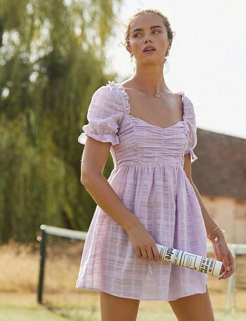 Váy tay bồng đi kèm chi tiết bèo nhún được thiết kế trên chất liệu mỏng phù hợp với những chuyến dã ngoại mùa hè.