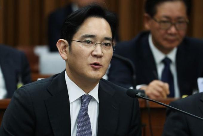 4. Jay Y. Lee, 52 tuổi, Phó chủ tịch Samsung Electronics- Tổng tài sản: 6,7 tỷ USD, tăng 0,6 tỷ USD so với 2019. Lee Jae-yong là con trai cả của người giàu nhất Hàn Quốc Lee Kun-hee, chủ tịch tập đoàn Samsung. Ông Lee có bằng thạc sĩ quản trị kinh doanh của Đại học Keio, Nhật Bản và từng theo học tiến sĩ quản trị kinh doanh tại Đại học Harvard, Mỹ. Lee hiện là Phó chủ tịch Samsung Electronics, công ty lớn nhất thuộc tập đoàn Samsung chuyên sản xuất chíp nhớ, thiết bị bán dẫn. Vài năm gần đây Lee liên tục dính nhiều bê bối liên quan đến tội hối lộ cựu Tổng thống Park Geun-hye và thao túng quyền điều hành tại tập đoàn Samsung. Ảnh: Reuters.