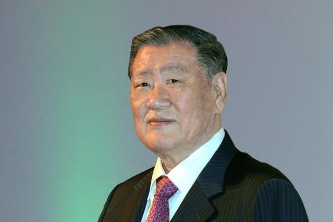 Chung Mong-koo (3,2 tỷ USD, giảm1,1 tỷ USDso với 2019): Tài sản của tỷ phú Mong-Koo Chung, cựu chủ tịch Hyundai Motor, giảm 26% xuống còn3,2 tỷ USD, khiến vị trí của ông giảm 3 bậc xuống thứ 8 trong danh sách 50 người giàu nhất Hàn Quốc. Cổ phiếu của công ty ôtô này lao dốc sau khi đạt doanh số thấp nhất trong một thập kỷ vào đầu năm nay.