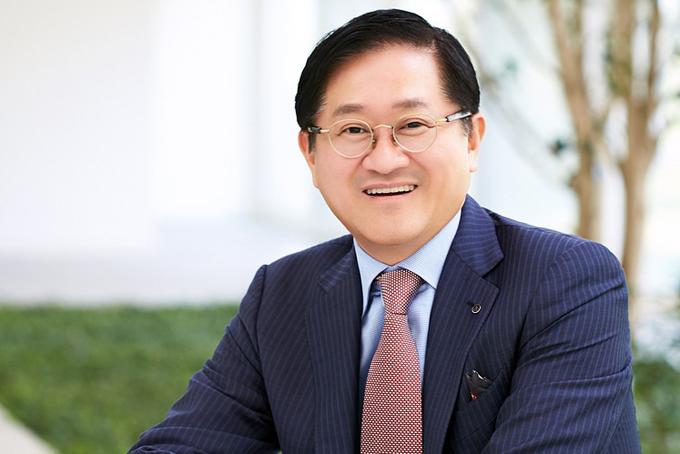 9. Suh Kyung-bae, 57 tuổi, chủ tịch AmorePacific- Tổng tài sản: 3 tỷ USD, giảm 0,5 tỷ USD so với 2019.Tỷ phú Suh Kyung-bae là chủ tịch AmorePacific, nhà sản xuất mỹ phẩm và chăm sóc da lớn nhất Hàn Quốc. AmorePacific do cha của ông là Suh Sung-hwan sáng lập vào năm 1945. Ông Suh Kyung-bae gia nhập công ty vào những năm 1980 và trở thành CEO vào năm 1997.