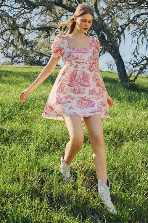 Không kiểu cách như các mẫu đầm midi, váy xoè... nhưng mini dress lại có ưu thế trong việc tôn nét gợi cảm và đáng yêu cho người mặc.