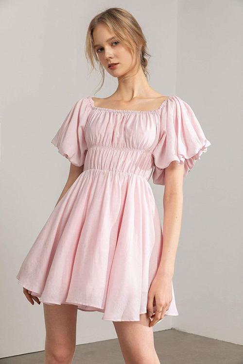 Đầm chun eo với phần áo trên ôm sát hình thể, chân váy xoè nhẹ mang tới nét xinh xắn cho các nàng yêu style bánh bèo.