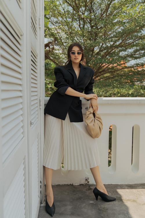 Lệ Hằng với hình ảnh thanh lịch và sành điệu cùng xu hướng hot nhất hè 2020 khi diện áo blazer mix cùng chân váy xếp ly.