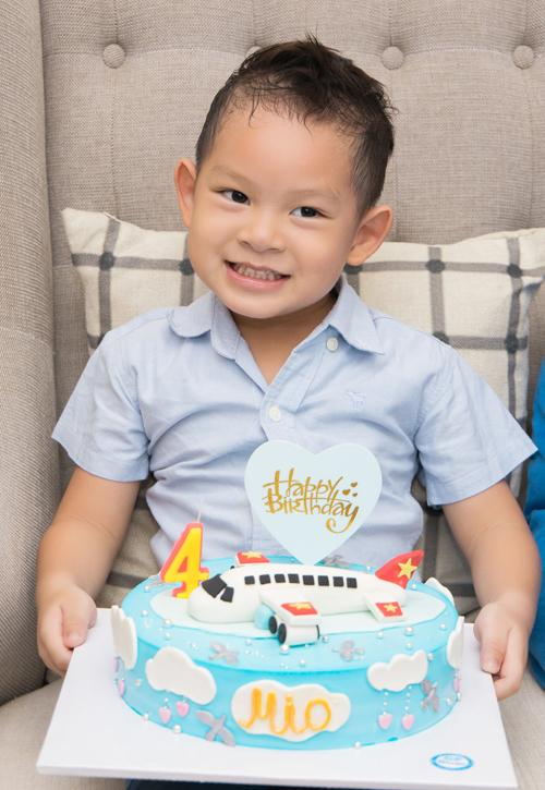 Bé Mio tròn 4 tuổi. Nhóc tỳ càng lớn càng thông minh, hiếu động.
