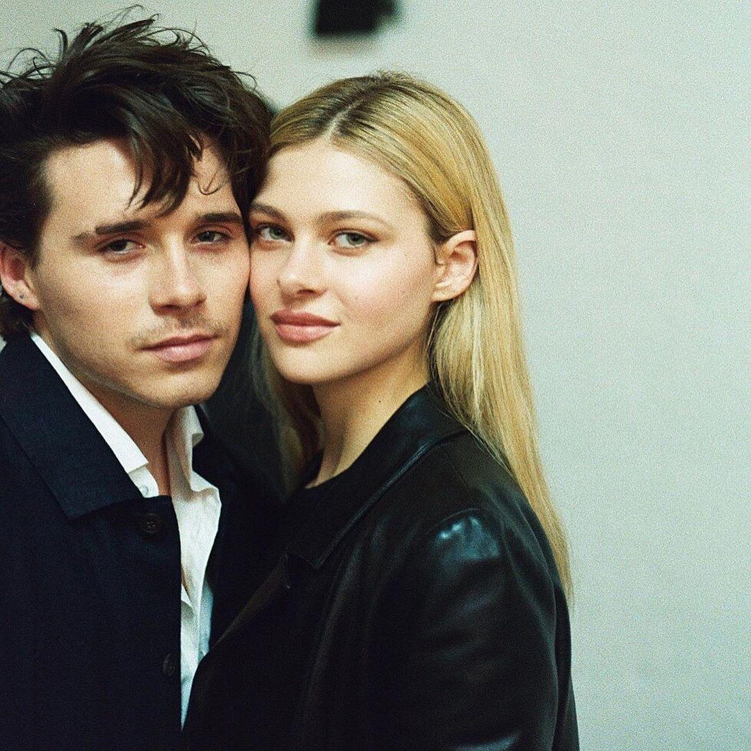 Brooklyn Beckham hẹn hò với Nicola Peltz - con gái tỷ phú Nelson Peltz và cựu người mẫu Claudia Heffner từ khoảng cuối tháng 10 năm ngoái. Hôm 11/7, cặp đôi công khai đính hôn và dự kiến sẽ tổ chức đám cưới ở Anh và Mỹ với chi phí ước tính 4 triệu bảng do nhà gái trả và nhà Becks đề nghị đóng góp.