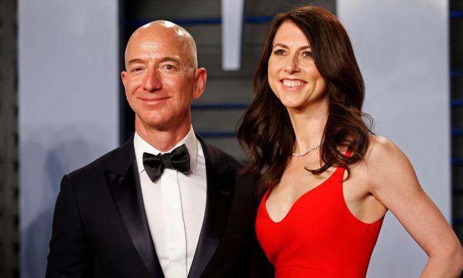 Jeff Bezos và vợ cũ thời còn mặn nồng. Ảnh: Reuters.