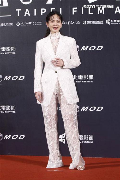 Bộ đồ Tăng Chi Kiều mặc bị chê là không đẹp mắt.