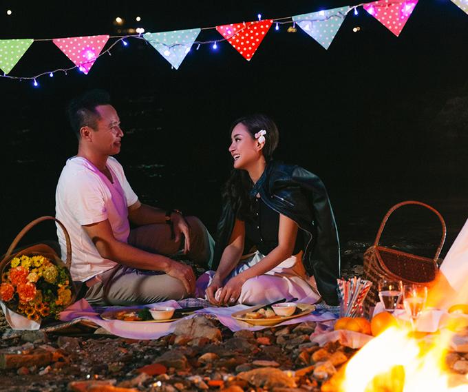 Vy Oanh chia sẻ, kết hôn đã lâu và có hai con nhưng tình cảm vợ chồng cô vẫn như ngày đầu. Vy Oanh hiện vừa hoạt động nghệ thuật vừa kinh doanh dịch vụ làm đẹp và hỗ trợ công việc của ông xã.