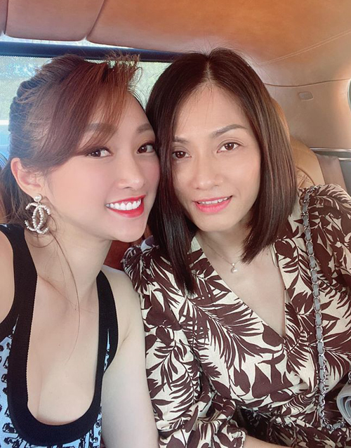 Bạn gái doanh nhân của Chi Bảo tổ chức Family Tour, đưa gia đình anh, gồm cả vợ cũ Hồng Loan đi tham quan trung tâm chăm sóc sắc đẹp cô mới mở tại TP HCM.