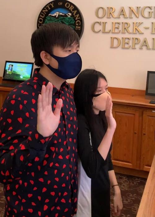Anh Khang (trái) và vợ tuyên thệ.