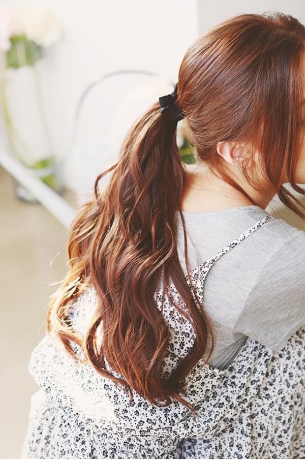 Với kiểu tóc này, bạn không cần quá cầu kỳ và tỉ mỉ ở từng chi tiết những vẫn đầy sáng tạo và nổi bật giữa đám đông. Tất cả những gì bạn cần làm chỉ là vuốt thật thẳng để tóc vào nếp mượt mà, túm tóc lại đằng sau và dùng chun tóc cột cố định.