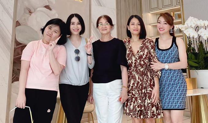 Mẹ ruột Chi Bảo (áo đen) và em gái (thứ hai từ trái qua), cháu của anh (áo hồng) có dịp tham quan spa hơn 100 tỷ đồng của Lý Thùy Chang.