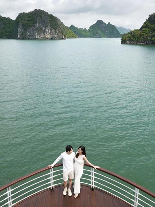 Đông Nhi và Ông Cao Thắng cùng diện hai set đồ white on white khi nghỉ dưỡng trên dù thuyền 5 sao ở Vịnh Hạ Long.